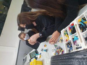 CLASSES MÉS DIVERTIDES A TRAVÉS D'ACTIVITATS DE CONSTRUCCIÓ I PROGRAMACIÓ LEGO EN 2N ESO 1